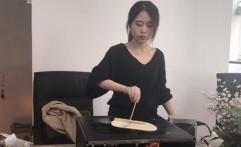Perempuan Cantik Ini Bikin Hamburger dengan Peralatan Kantor